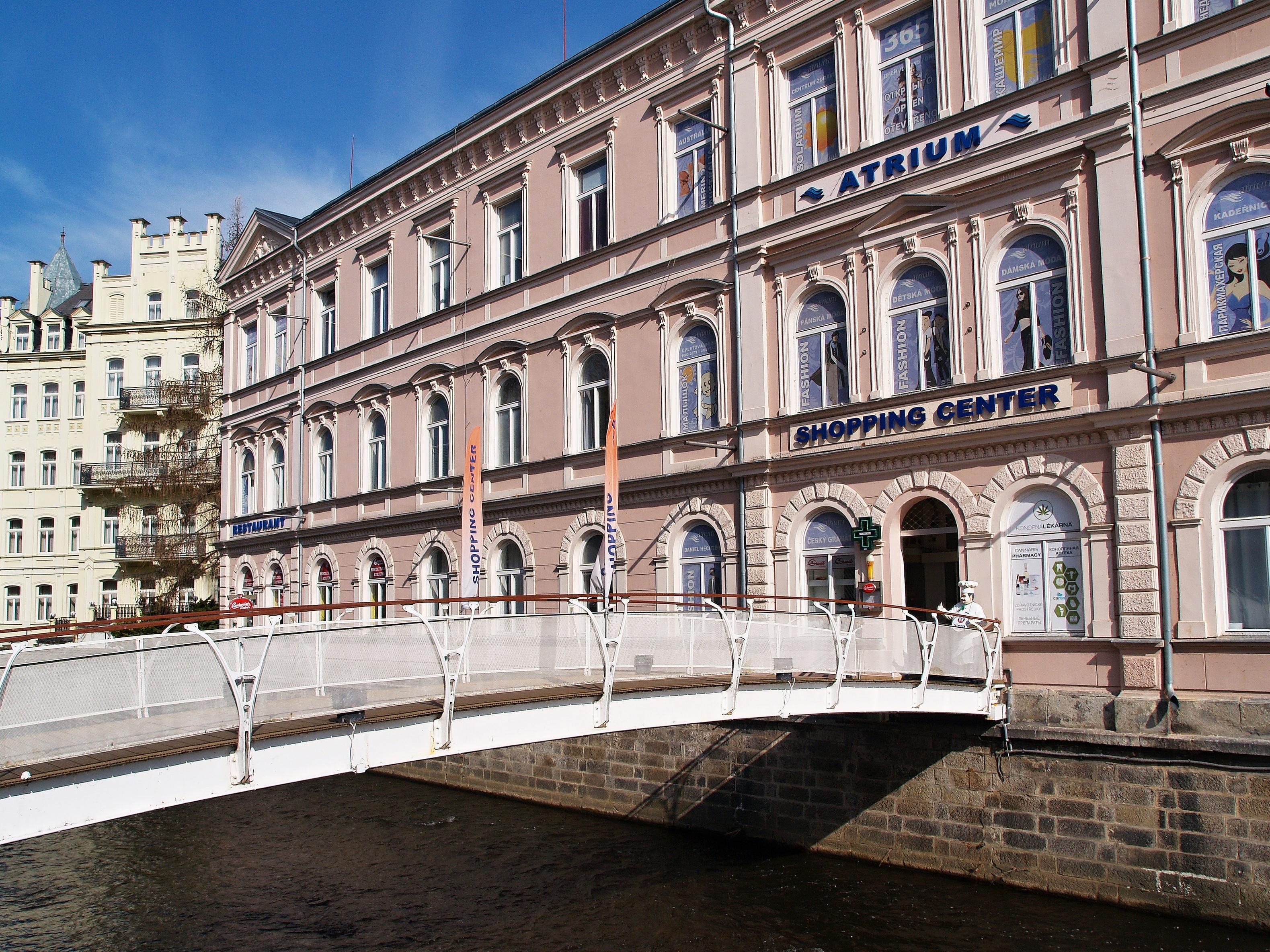 Vchod přes most nad řekou do Atria